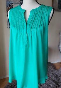 Gorgeous green sleeveless blouse 💚